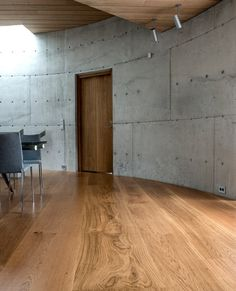 GrandOak planks of extraordinary dimensions adorn this Norwegian residence in Stavanger. Dinesen Oak is used for flooring, kitchen, stairs and furniture. Oak Hardwood Flooring, Concrete Floors, Kitchen Flooring, Stavanger, Black Wooden Floor, Versace Home, Wood Interior Design, Interior Architecture, House