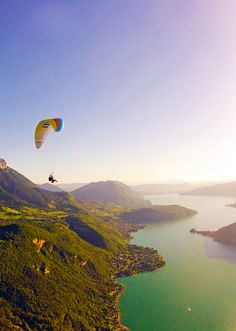 A once-in-a-lifetime experience! Paragliding in at 5,000++ feet in Annecy, France — the 'Venice of the North' | via http://iAmAileen.com/fly-high-5000-feet-paragliding-annecy-france/ #travel #Annecy #paragliding