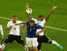 Ein Handspiel von Boateng brachte die Italiener überraschend zurück ins Spiel.