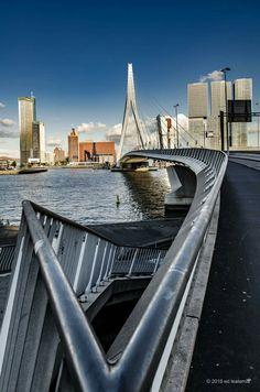 Ponte Erasmus sobre o rio Novo Mosa (Nieuwe Maas) em Roterdam, Países Baixos. Projetada por Ben van Berkel e concluída em 1996, foi feita de aço e é uma ponte estaiada. Tem um comprimento total de 802 m, largura de 33,8 m e seu ponto mais alto se encontra a 139 m de altura, pesando 6.800 toneladas.  Fotografia: Ed Leatemia.