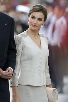 King Felipe VI of Spain and Queen Letizia of Spain, French President Francois Hollande, attend a meeting at the Elysee Palace on June 2015 in Paris, France. Work Dresses For Women, Suits For Women, Couture Dresses, Fashion Dresses, Looks Kate Middleton, Style Royal, Mode Abaya, Queen Letizia, Royal Fashion