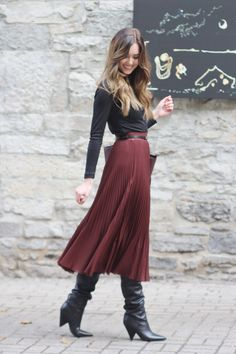 Pleated skirt, belt, turtleneck and boots. Winter Skirt Outfit, Pleated Midi Skirt, Pleated Skirt Outfit Midi, Skirt Pants, Winter Dresses, Dress Skirt, Skirt Outfits, Skirt Belt, Boho Skirts