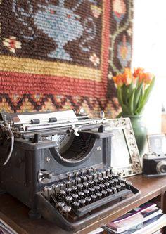 Ryijy on kaunis tausta nostalgiselle asetelmalla. 1900-luvun alun kirjoituskonetta ei enää tarvita kirjoittamiseen, mutta sen mekaaninen nerokkuus kiehtoo silti yhä.