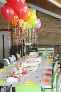 manualidades para adultos, decoracion con globos, mesa blanca, sillas verdes