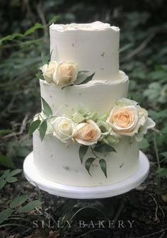Cake Decorating, Decorating Ideas, Bakery Cakes, Touch Of Gold, Wedding Cakes, Rose, Desserts, Wedding Gown Cakes, Tailgate Desserts