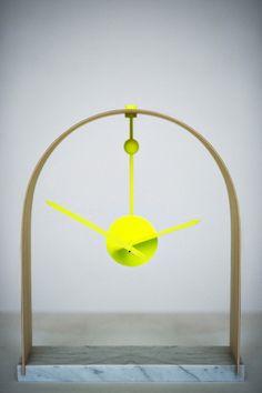 tijd verstrijkt onder een houten boog en ronde kogel. Zelf in elkaar te bouwen.