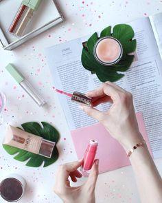 Protagonista del flatlay di oggi è il gloss pop splash offerto da Clinique 😍 Si tratta di un lip gloss con microglitter impercettibili al…