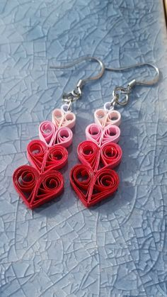 Paper Cascading Heart EarringsJust in time for Valentines Day! These adorable paper earrings with their cascading hearts are the perfect gift for this Valentines Day. Guys, get them for your girl and show her how Paper Quilling Earrings, Paper Quilling Designs, Quilling Paper Craft, Quilling Patterns, Quilling Cards, Polymer Clay Earrings, Quiling Earings, Paper Jewelry, Paper Beads