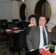 Rogério Amaral e Eleonora Rizzo, proprietária do Restaurante Moeda, na tradicional feijoada das sextas-feiras. O Moeda fica no Santader Cultural, em Porto Alegre. #portoalegre   #santandercultural   #restaurantemoeda   #eleonorarizzo   #rogérioamaral   #gastronomia   #culinária   #ficaadica