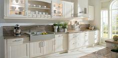 Weiße Landhausküche mit viel Stauraum