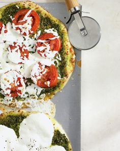 Pesto pizza from Martha Stewart. This simple Italian sauce brings summery flavor to all sorts of dishes, including pizza. Vegetarian Pizza Recipe, Pizza Recipes, Dinner Recipes, Healthy Pizza, Party Recipes, Bread Recipes, Dinner Ideas, Calzone, Stromboli