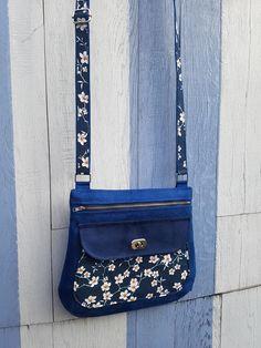 Sac Polka en suédine bleue et coton fleuri cousu par Sophie - Patron Sacôtin