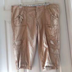 capris Gently Worn... Smoke free home... Light weight Arizona Jean Company Pants Capris