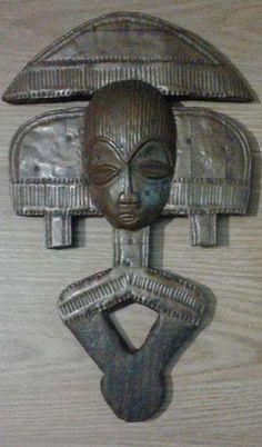 150 €: Mascara do povo Kota (origem: este do Gabão e oeste do Congo) figura com rosto estilizado e cabo em forma de losango, estrutura em madeira chapeado a cobre, usado em rituais de passagem, povo de caçad...