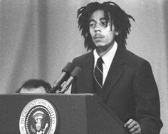 Bob Marley. OMG!! I've never seen Bob wearing suit and tie :)