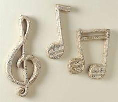 comment faire du papier maché, des notes de musique enveloppés de papier musique, deco murale maison