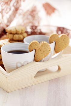 Deliciosas galletas de mantequilla en forma de corazón, además de tener un sabor delicioso se pueden colgar de la taza de café. Prueba esta receta y sorprende a tu pareja.