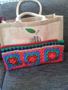 Výsledok vyhľadávania obrázkov pre dopyt ah tas haken Granny Square Bag, Jute Bags, Crochet Purses, Handmade Bags, Bag Making, Hand Embroidery, Straw Bag, Purses And Bags, Knit Crochet