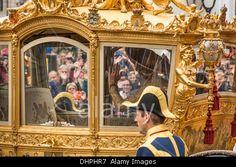 Países Bajos, La Haya, 17 de septiembre de 2013, denominado Prinsjesdag, Rey Willem-Alexander y la reina Maxima en el coche de oro Foto de archivo