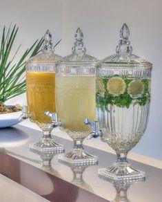 Imagine, você receber os amigos com bebidas frescas em uma linda suqueira. Charmosas, elas completam a ambientação descontraindo o momento já que cada pessoa serve sua bebidinha. Você pode servir sucos, águas aromatizadas, batidas, refrigerantes, coquetéis ou qualquer outra coisa que quiser. Party Deco, Buffet Set, Dining Ware, Restaurant Menu Design, Welcome Drink, Drink Table, Drink Dispenser, Ideas Para Fiestas, Apothecary Jars