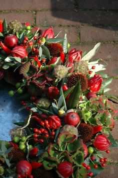 unglaublich Beautiful wreath of reds - Dekoration Site / 2019 Wreaths And Garlands, Autumn Wreaths, Holiday Wreaths, Door Wreaths, Christmas Flowers, Noel Christmas, Fall Flowers, Christmas Arrangements, Flower Arrangements