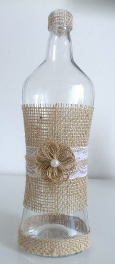 Garrada decorada com juta, detalhe de renda com flor. 1 disponível As garrafas podem ter algumas variações no tamanho e formato por serem material reciclado.