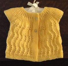"""diy_crafts-Ravelry: Maria Thomas tarafından Aussie salıncak desen Projesi Galeri """"A seamless knit inspired once again by vintage patterns. Knitted Baby Cardigan, Baby Pullover, Knitted Baby Clothes, Knitted Baby Blankets, Crochet Baby Booties, Knitting Blogs, Knitting For Kids, Baby Knitting Patterns, Baby Patterns"""