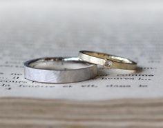 テクスチャがお揃いの結婚指輪 男性は、プラチナのつや消しマットな風合いに槌目を施しました。 女性は、ゴールドのつや消しリング。中心にプリンセスカットダイヤモンドを1ピース。 [結婚指輪,マリッジリング,オーダーメイド,marriage,wedding,ring,bridal,gold,K18,Pt900,ダイヤモンド,diamond] []