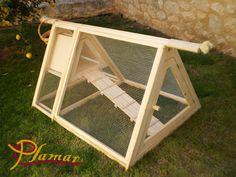 Gallinero de madera. Con un ponedor, una rampa de acceso y una puerta trasera para recoger los huevos.