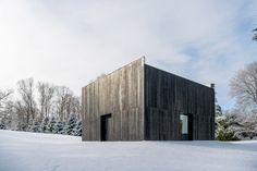 OLI Architecture has installed a Japanese-inspired cabin on an estate in Westchester, New York, to house the Richard Serra sculpture London Cross. Richard Serra, Timber Architecture, Gagosian Gallery, Weathering Steel, Charred Wood, Galleries In London, Steel Sculpture, Building Exterior, Hu Ge
