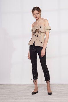Colecciones: Marissa Webb Resort 2018  La colección está repleta de diseños para el día a día. El tejido clave - algodón ( se utiliza mucho en las colecciones resort).  El vestido de rayas y volantes, pantalón de talle alto y pantalón caqui junto con el trench-inspired off-the-shoulder top son algunos de must-have de la colección ( marissa-webb.com) #moda #estilo #diseñador #colección  #style #collection #designer #resort2018 #fashion #lookbook #fashionista #glamour #trendy #MarissaWebb