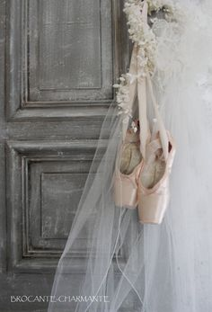 Charming little hint of daughters passion. Shabby Chic Pink, Shabby Vintage, Shabby French Chic, Shabby Chic Dining, Shabby Chic Style, Ballet Art, Ballet Dancers, Ballet Painting, Pointe Shoes