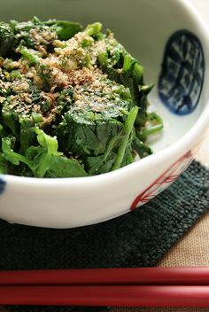 Japanese food -ohitashi- : boiled spinach with soy sauce, grated sesame seeds and dried bonita flakes Sushi, Japanese Dishes, Japanese Food, Steamed Spinach, Asian Recipes, Healthy Recipes, Asian Cooking, I Love Food, Gastronomia