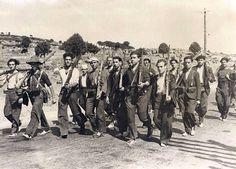 Milicianos caminando hacia el frente - Portal Fuenterrebollo Republican forces note lack of uniforms or even good shoes.