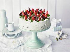 Juhlien helpoin ja makein kahvipöydän kuningatar on minttu-suklaarahkalla täytetty mansikkakakku. Tätä herkkua on vaikea vastustaa. Pretty Cakes, Birthday Balloons, Let Them Eat Cake, Deli, Frosting, Panna Cotta, Cake Decorating, Deserts, Goodies