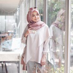 Hijab Gown, Hijab Style Dress, Casual Hijab Outfit, Hijab Chic, Model Kebaya, Hijab Fashionista, Blouse Models, Denim And Lace, Muslim Fashion