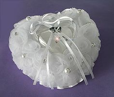 Coussin cœur pour alliances avec boite cœur transparente - Les perles fines et les strass tout autour de ce petit coussin rigide mettront en valeur vos alliances. http://www.mariage.fr/coussin-alliances-coeur-rigide.html