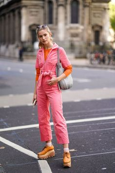 Best Street Style, Spring Street Style, Cool Street Fashion, Street Style Women, Street Chic, Overall Jumpsuit, Fashion Outfits, Fashion Trends, 90s Fashion