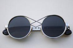 Unisex gafas de Steampunk Goth de metal redondeos. Estos marcos son adecuados sólo para las más caras. El marco mide 138 m m de la bisagra a bisagra. Diámetro de la lente es de 47mm Puente 20mm. Las medidas del vástago/del ala 125 de los templos hasta la curva. Valores originales de
