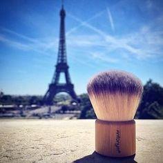 The roaming brush  @atelierprelude Bon Voyage!  #kabukibrush #ecochic #sustainablestyle #bamboo #antonymcosmetics #paris