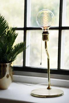 Strippa en loppislampa Du köper en sprayburk och målar om ett kitschigt loppisfynd. Glöm bara inte att kolla elsäkerheten om du shoppar gamla lampor och köp gärna till en extern dimmer (finns på Clas Olsson för 49 kronor) som du sätter på kontaktuttaget, så kan du enkelt justera ner styrkan i glödlampan till mysbelysning så att tråden syns ordentligt