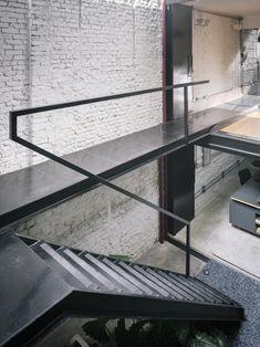 Image 12 of 24 from gallery of Produtora Kana / AR Arquitetos. Photograph by Pedro Kok Staircase Handrail, Stair Railing Design, Modern Staircase, Banisters, Interior Stairs, Interior Architecture, Interior And Exterior, Stairs And Doors, Metal Stairs