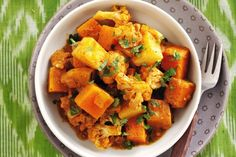 Le patate e zucca al forno con funghi, cipolla e rosmarino si preparano rosolando i funghi con gli aromi e insaporendoli con il vino, si aggiungerann...