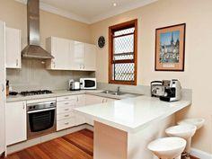 cuisine beige avec bar de cuisine beige et chaises beiges plastiques