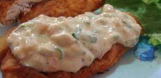 Para o Peixe:  - 800 g de filé de merluza  - 4 dentes de alho amassados  - Suco de 2 limões  - Sal e pimenta-do-reino a gosto  - Ovos batidos  - Farinha de trigo  - Óleo vegetal para fritar  - Molho Tártaro:  - 180 g de picles picadinho  - 80 g de azeitonas verdes picadinhas  - 3 colheres (sopa) de cebola picadinha  - 1 dente de alho amassado  - Salsinha e cebolinha a gosto  - 5 colheres (sopa) de shoyu  - 1/2 caixinha de creme de leite  - 3 colheres (sopa) de mostarda dijon  - 1 colher…