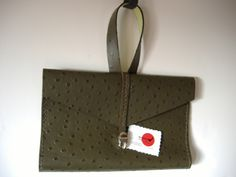 Bolsin de mano verde (piel de avestruz), rojizo (piel de cocodrilo), azul (piel de serpiente) http://www.craftmebaby.com/es/shop/accesories/bolsin-de-mano/