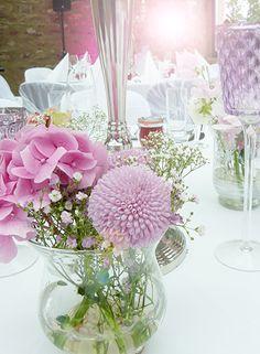 Hochzeitsdekoration mit einem Centerpiece aus hellen Pastell Tönen. Hier im Jagdschloss Platte Wiesbaden