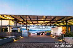 Uma grande varanda com jeito de sala é o centro da vida nesta residência de fim de semana em Piracaia, SP. Com sua estrutura metálica, ela se abre para o horizonte de águas calmas da represa de Jaguari, seu privilegiado quintal