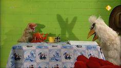 HBB Schaduw - Aflevering 449. Carlijn en Raaf maken dierenfiguren met behulp van schaduw. Carlijn legt uit hoe schaduw precies werkt. Ook ontmoet ze een poppenspeler die veel met schaduwen werkt in zijn voorstelling. raaf  licht  schaduw  theater  podium  pop Light And Shadow, Podium, Bird, Painting, Animals, Color, Instagram, School, Kunst