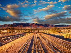 Verlassene Straße in der Kalahari Wüste in Südafrika